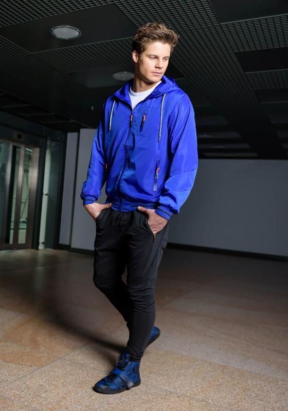Stylizacja nr 171 - kurtka przejściowa, T-shirt, spodnie dresowe joggery, buty sneakersy