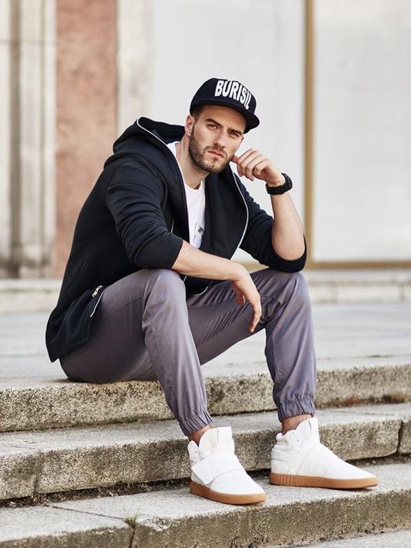 Stylizacja nr 263 - czapka z daszkiem, zegarek, bluza z kapturem, T-shirt z nadrukiem, spodnie baggy