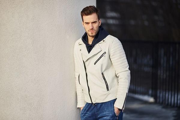 Stylizacja nr 420- kurtka skórzana, bluza męska z kapturem, joggery jeansowe, zegarek
