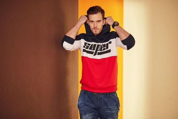 Stylizacja nr 421- bluza z kapturem, jeansowe joggery, zegarek