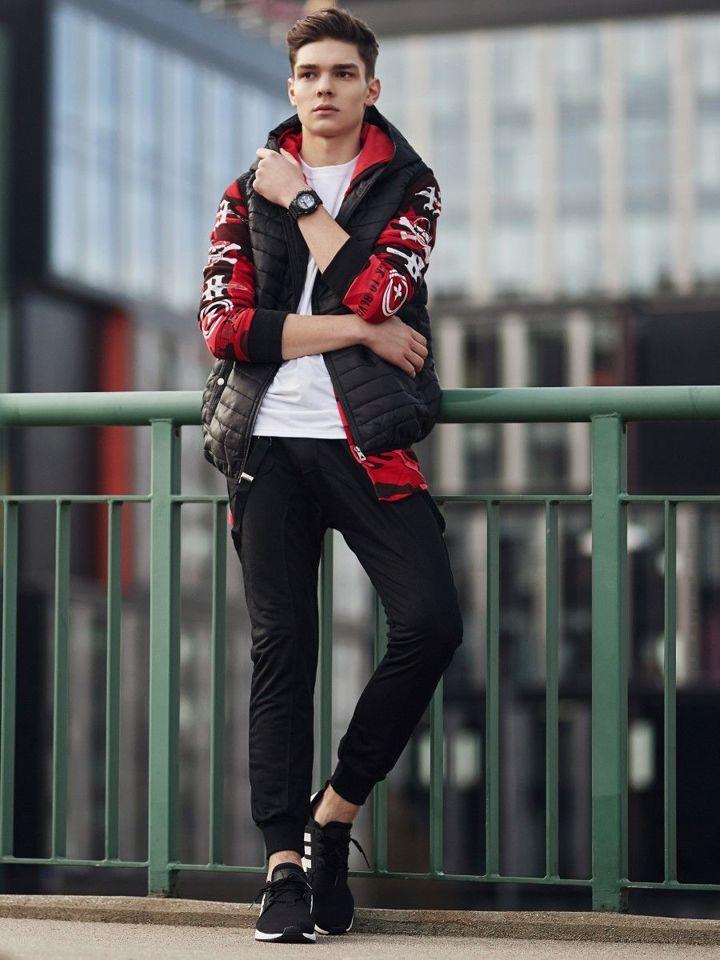 czerwona bluza i kamizelka stylizacje