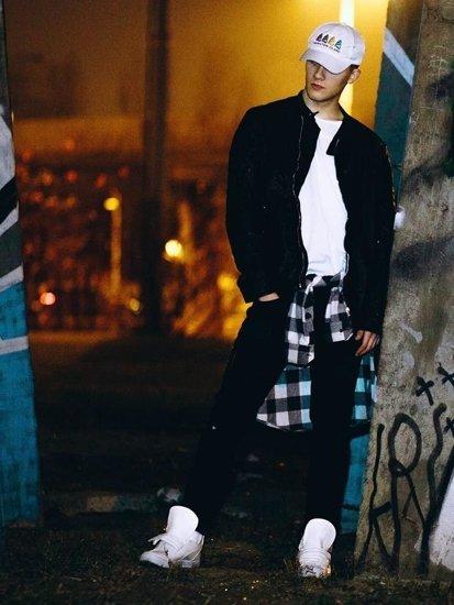 Stylizacja nr 83 - kurtka skórzana, flanelowa koszula, T-shirt, spodnie jeansowe, sneakersy