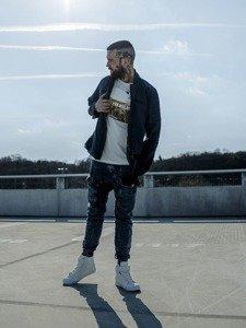 Stylizacja nr 217 - kurtka przejściowa, T-shirt z nadrukiem, spodnie jeansowe baggy, buty