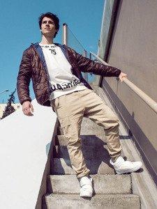 Stylizacja nr 223 - kurtka przejściowa, bluza z nadrukiem, spodnie joggery, sneakersy