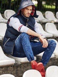 Stylizacja nr 322 - bezrękawnik z kapturem, bluza z nadrukiem, jeansowe joggery